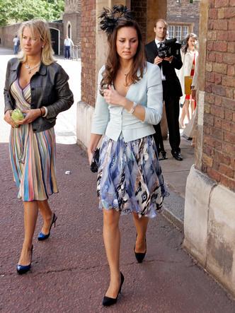 Фото №6 - До свадьбы и стилиста: какими были официальные выходы Кейт в статусе подруги принца
