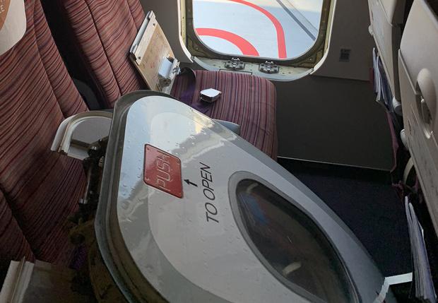 Фото №1 - В Таиланде безумный пассажир перед вылетом оторвал дверь у самолета (фото)