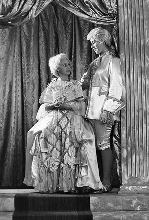 Фото №9 - Рождественский театр Виндзоров: как принцессы Елизавета и Маргарет поднимали боевой дух нации