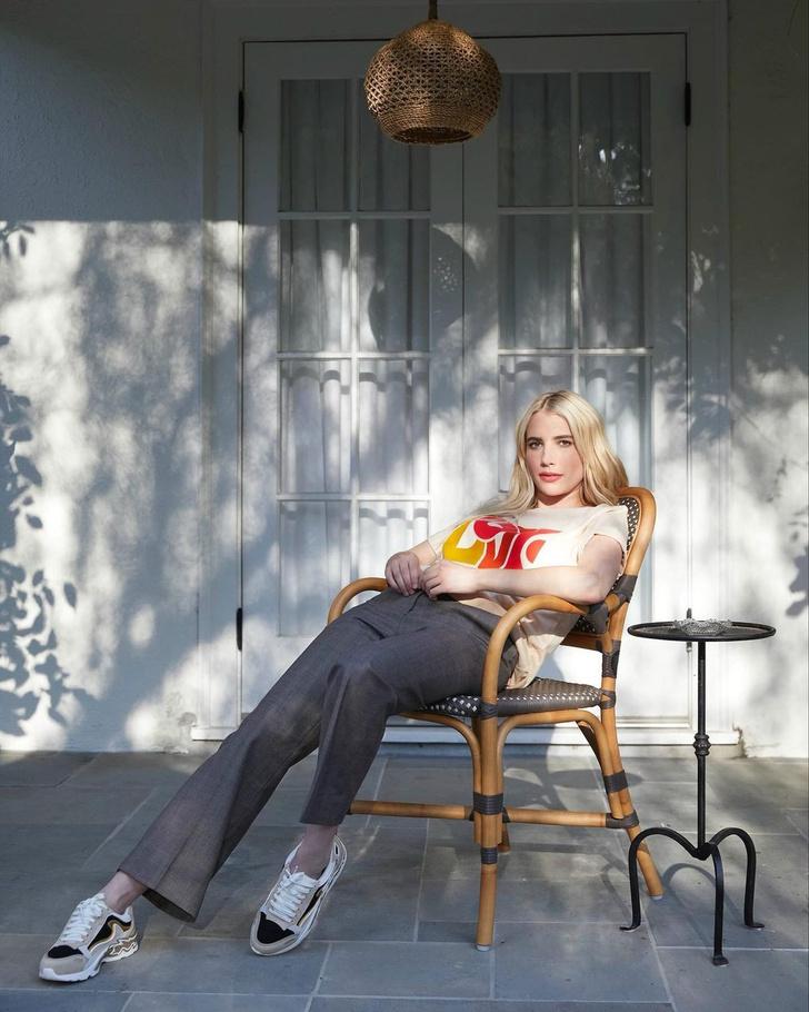 Фото №1 - Футболка с принтом + широкие брюки: Эмма Робертс в тотал-луке Sandro