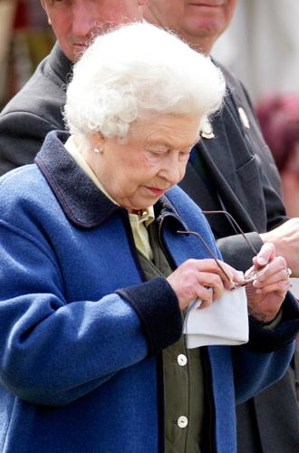 Фото №29 - Как отличить Королеву: каблук 5 см, сумка Launer, яркое пальто и никаких брюк