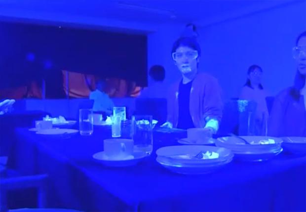 Фото №1 - Эпидемиолог из Гарварда с помощью капельки краски наглядно показал, как быстро и повсеместно разносятся бактерии (видео)