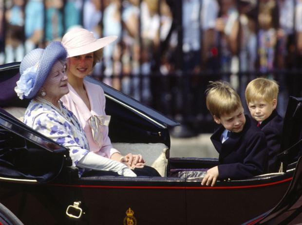 Фото №2 - Почему Королева-мать была близка с Уильямом, но не общалась с Гарри