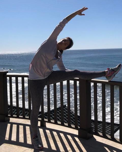 Фото №2 - 54-летняя Синди Кроуфорд показала шикарную растяжку