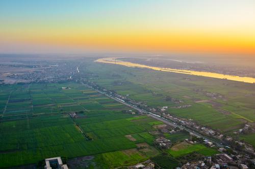 shutterstockНил (египетское название — Эль-Бахр) берет начало на Восточно-Африканском плоскогорье и несет свои воды к Средиземному морю. Лишь в прошлом веке географам удалось обнаружить два истока этой величайшей водной артерии мира. Самый длинный нильский исток — Белый Нил начинается в горах Бурунди, а Голубой Нил — вытекает из озера Тана. В самом центре Хартума — столицы Судана — оба источника, сливаясь, образуют собственно Нил. Преодолевая расстояние в 6 671 км, река несет свои воды среди песков и каменистых возвышенностей, где воздух раскален до 50°С и дожди бывают не каждый год.