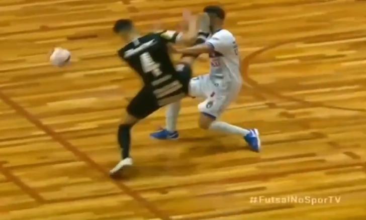 Фото №1 - Футболист нокаутировал соперника ногой в борьбе за мяч (видео)