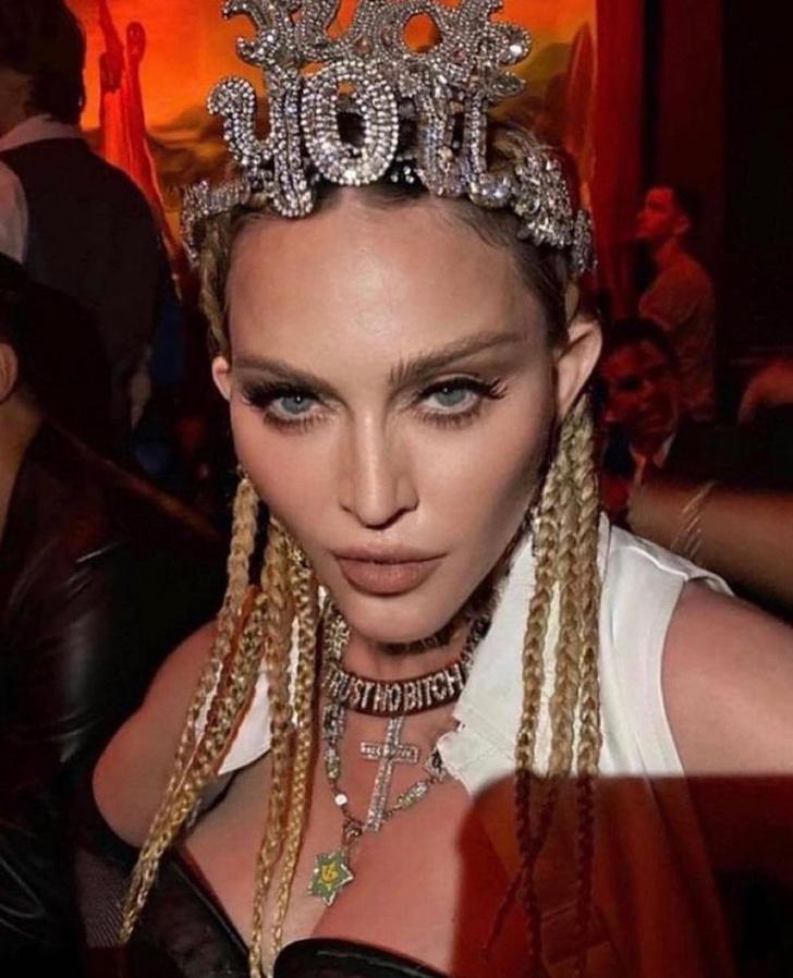Фото №2 - Ползала по столу и задирала юбку: 63-летняя Мадонна отожгла на шоу Джимми Фэллона