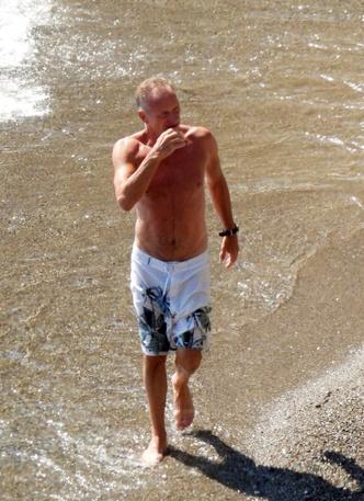 Фото №1 - 68-летний Стинг показал подтянутый торс на пляже