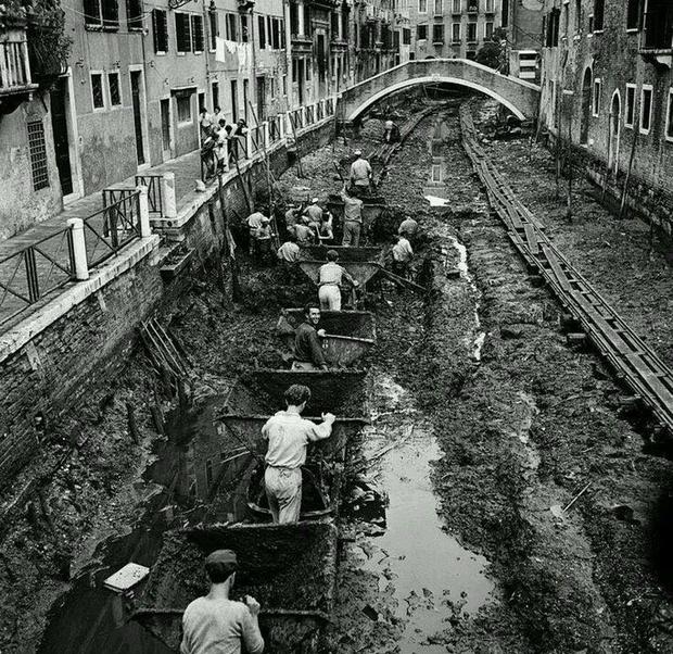 Фото №1 - Как убирают каналы в Венеции