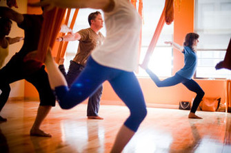 На первый взгляд, позы AntiGravity Yoga имеют мало общего с традиционными асанами, но так же приводят в гармонию тело и душу.
