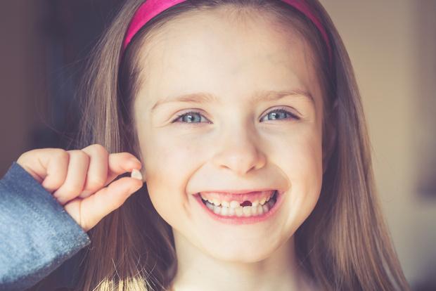 Фото №1 - У ребенка потемнели молочные зубы: в чем причина