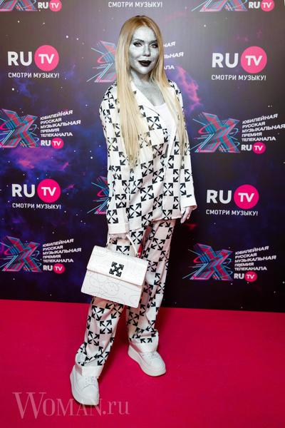 Фото №3 - Космобезумие: парад самых шокирующих образов звезд на премии RU.TV
