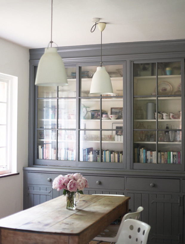 Винтажный шкаф, обновленный серой краской, и пара светильников Caravaggio от Сесилии Манц.