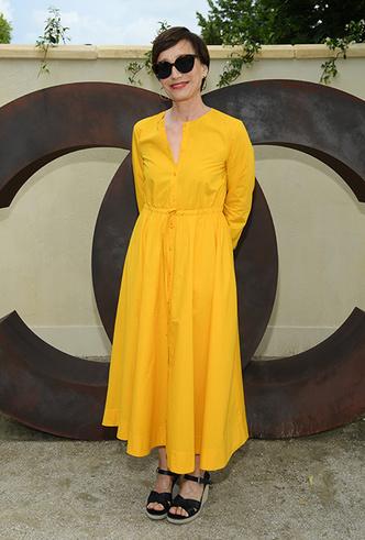 Фото №9 - Цвет силы: как Мелания Трамп, Меган Маркл и другие успешные женщины вводят в моду желтые платья