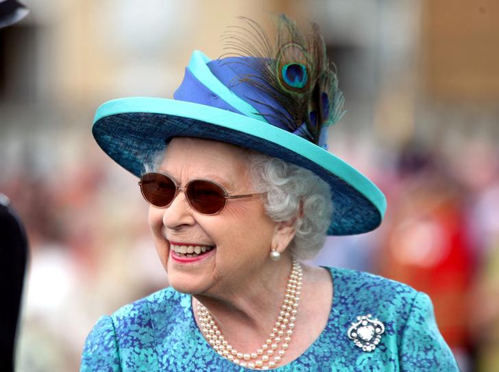 Фото №4 - Зачем Ее Величество надела темные очки