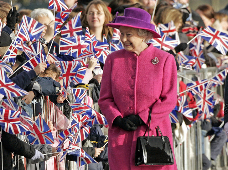 Фото №1 - Зачем Елизавете II столько одинаковых сумок Launer?