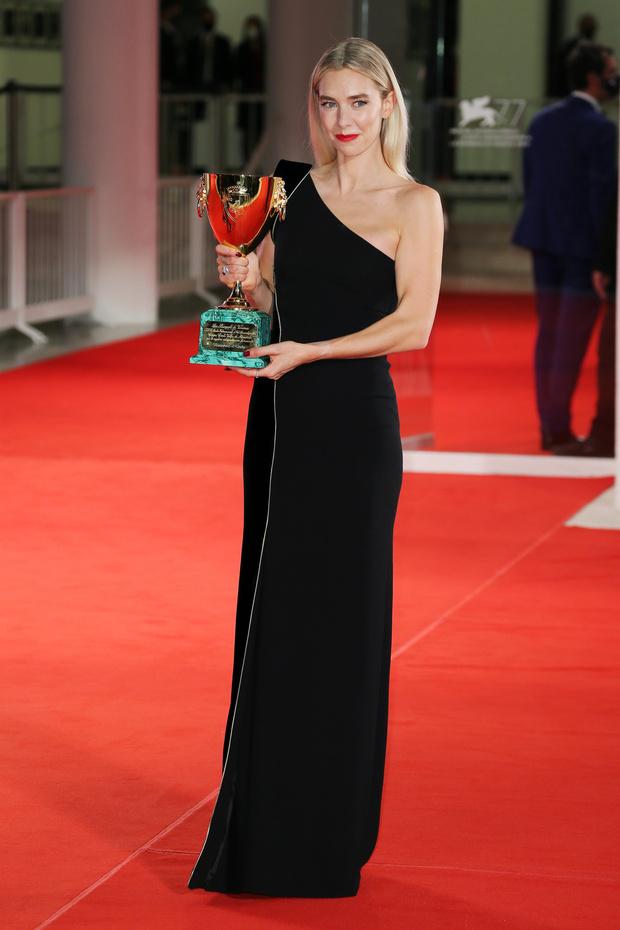 Фото №1 - Королевских кровей: кому достался приз за лучшую женскую роль и самое элегантное платье на закрытии Венецианского кинофестиваля?
