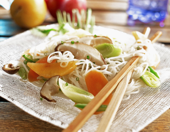 Салат с рисовой лапшой - отличный гарнир к мясным и рыбным блюдам