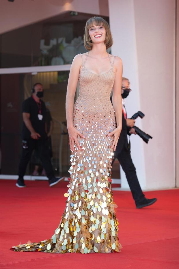 Фото №3 - Новое поколение Versace: дочь Умы Турман в нюдовом платье русалки на Венецианском кинофестивале