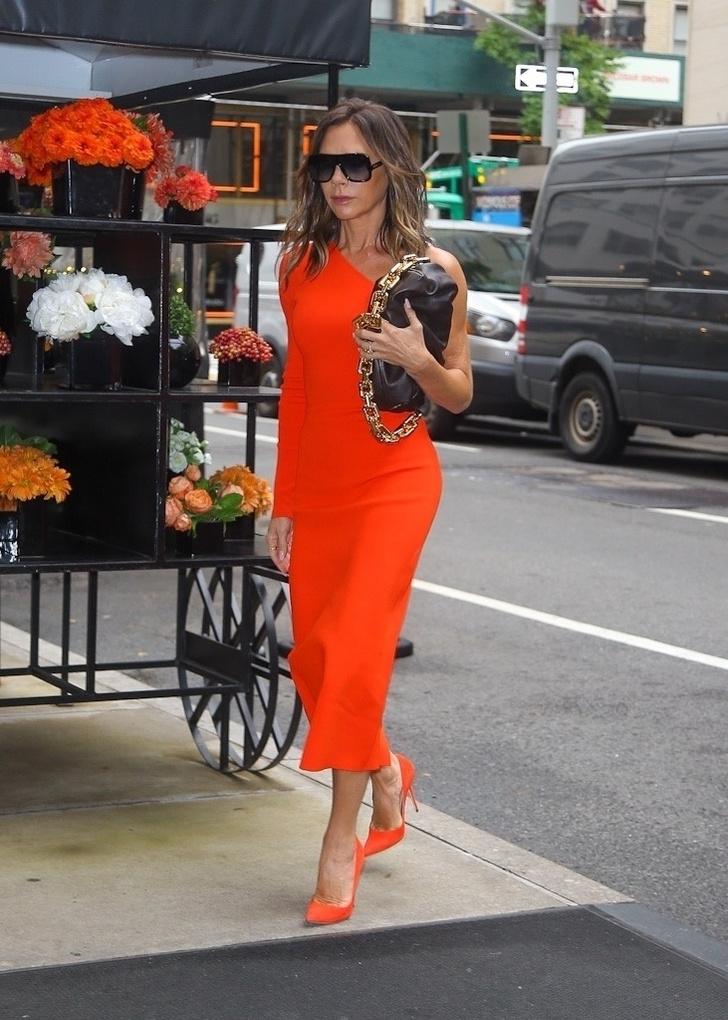 Фото №2 - Королева стиля: Виктория Бекхэм показала, какое трикотажное платье стоит добавить в свой гардероб как можно быстрее