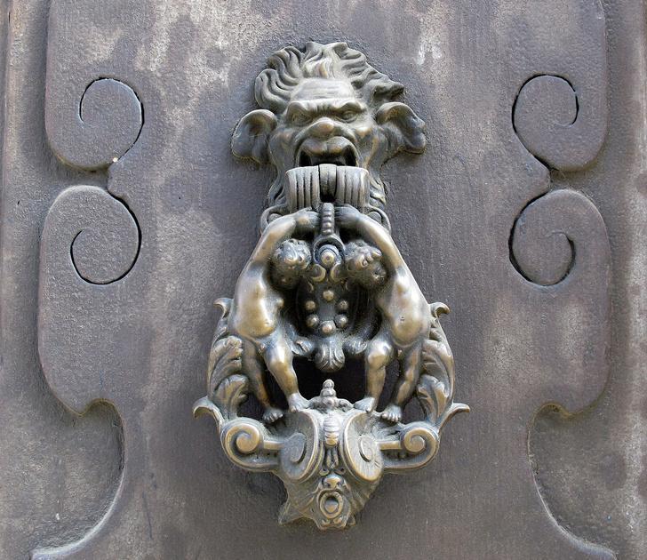 Фото №2 - Почетные стукачи: итальянские дверные молотки