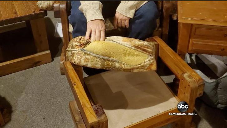 Фото №3 - Мужчина купил с рук старый диван и вот что нашел внутри