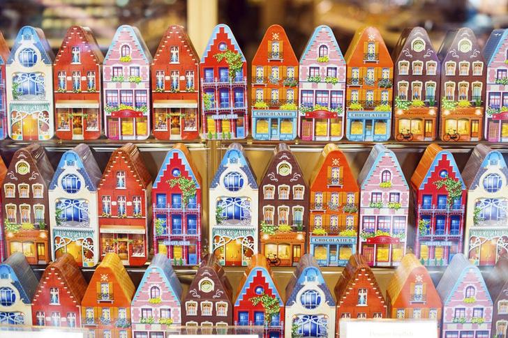 Фото №1 - Место дня. Витрина магазинчика сладостей в Брюгге (Бельгия)