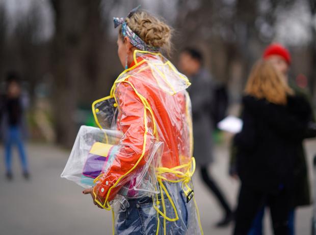 Фото №27 - Life in Plastic: как носить пластиковые вещи этой весной