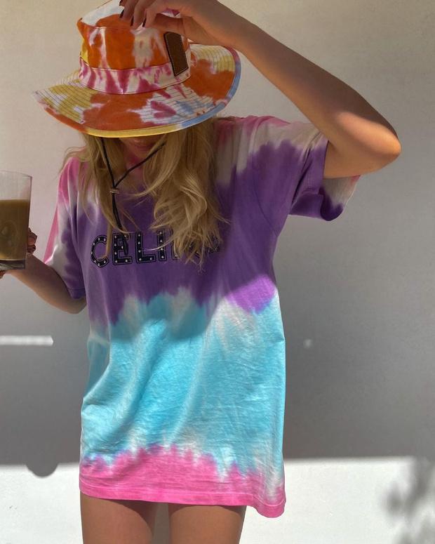 Фото №2 - Летом носите футболку размера L вместо платья, как Эльза Хоск