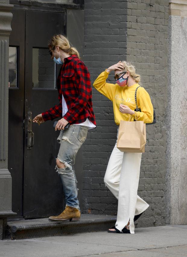 Фото №1 - Какие джинсы подойдут для жаркого лета? Показывает Эльза Хоск