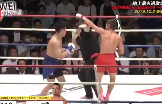 Фото №1 - Судья попытался разнять бойцов во время поединка, но сам попал под раздачу (видео)