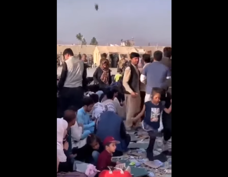 Фото №1 - Сон на камнях, минимум воды, антисанитария: как беженцы ждут эвакуации из аэропорта Кабула