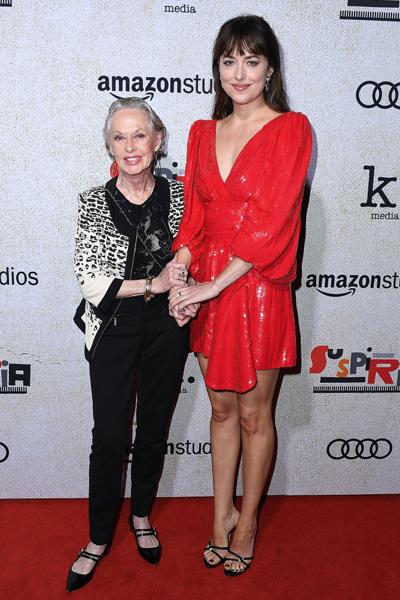 Фото №2 - Дакота Джонсон пришла на вечеринку с 88-летней бабушкой