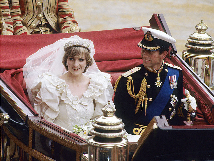 Фото №1 - Секрет невесты: почему Диане пришлось скрывать свое второе свадебное платье от Виндзоров