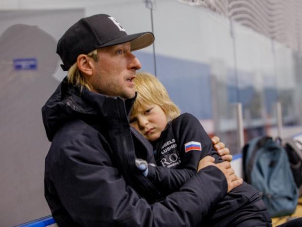 Фото №1 - Сын Рудковской и Плющенко протестует против пополнения в семье
