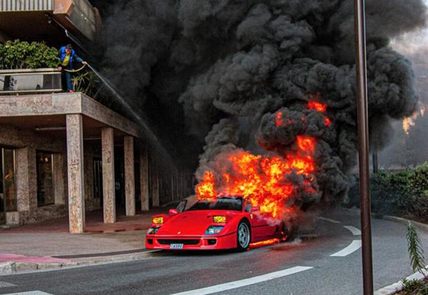 Фото №1 - Красивое, но печальное зрелище: в Монте-Карло сгорел редкий Ferrari за миллион фунтов (видео)