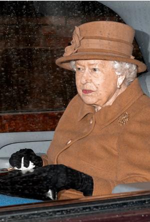 Фото №2 - Не просто аксессуар: почему Елизавета почти всегда носит перчатки