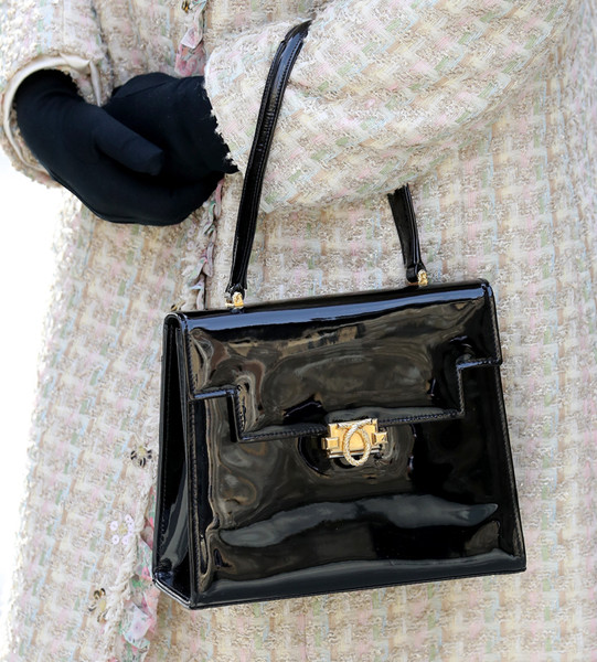 Фото №10 - Как отличить Королеву: каблук 5 см, сумка Launer, яркое пальто и никаких брюк