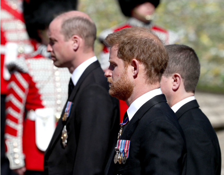 Фото №1 - На шаг ближе: Уильям и Гарри поговорили друг с другом после похорон принца Филиппа