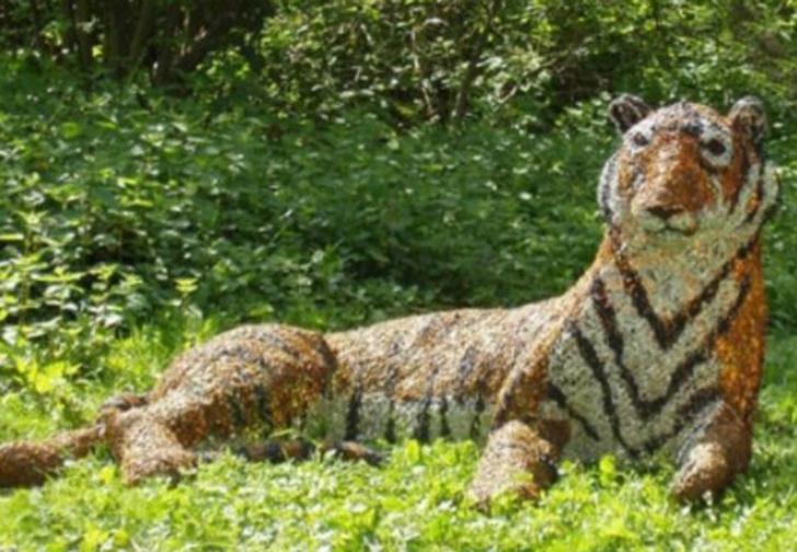 Фото №1 - В Британии отряд полиции приехал ловить беглого тигра. Тигр оказался старой скульптурой