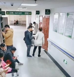 Дальше по коридору есть свободные места— но слишком далеко от двери врача.