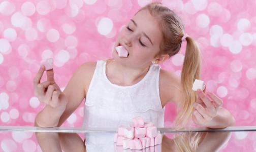 Фото №1 - Шоколадный батончик в день - много? Какие сладости не навредят ребенку и сколько конфет можно съесть за раз