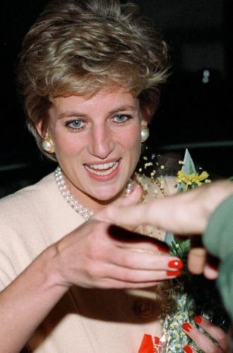 Фото №3 - Королевский маникюр: любимые варианты Кейт, Меган, Дианы и не только