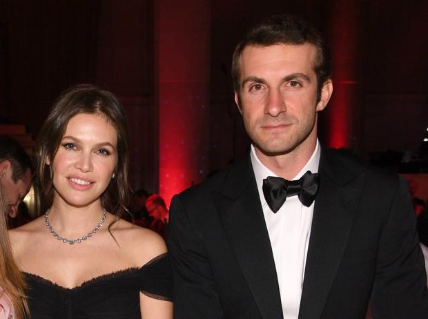Фото №1 - Платье-кейп и принцессы в гостях: как прошла свадьба Даши Жуковой и Ставроса Ниархоса