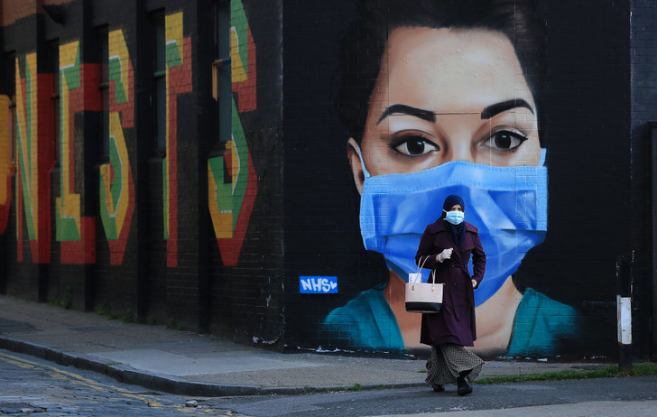 Фото №1 - От клюва чумного доктора до экрана: как менялась медицинская маска