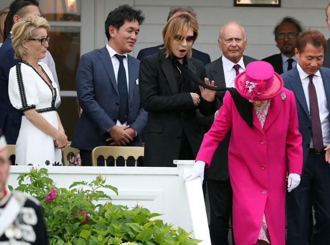 Фото №4 - С Королевой Елизаветой вновь случился конфуз (но она осталась невозмутимой)