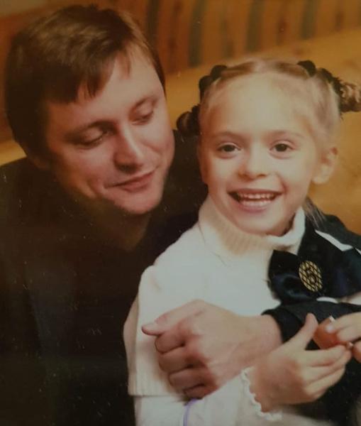 Фото №2 - Внучка Никиты Михалкова пришла за аттестатом в экстремальном мини