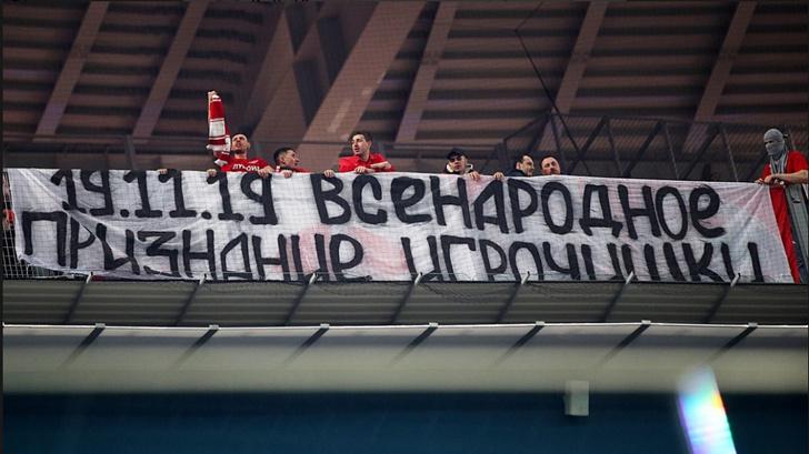 Фото №3 - Во время матча с «Зенитом» фанаты «Спартака» вывесили оскорбительный баннер в адрес Дзюбы