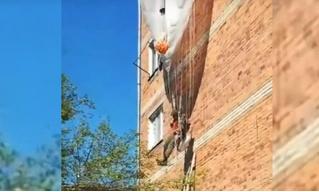 Вэдэвэшник в Приморье при высадке зацепился парашютом за жилой дом и повис. Операцию по его спасению сняли на видео
