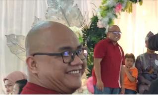 Гость на свадьбе неожиданно встретил своего двойника. Их реакцию сняли на видео